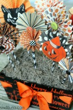 Super easy accordin fan Halloween Centerpiece on { lilluna.com } #halloween