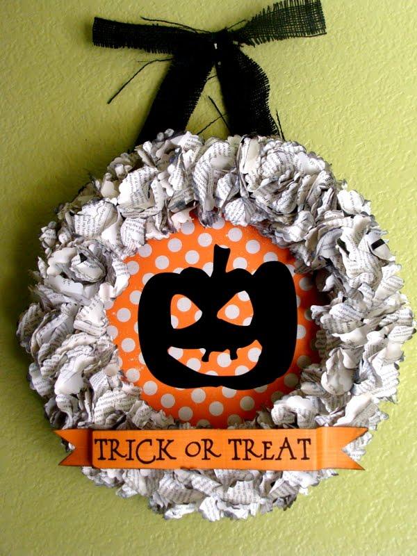Trick or Treat Wreath Tutorial on { lilluna.com } Easy and super adorable!!