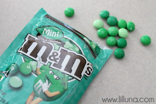 Mint M&M Oreo Cookies that taste JUST like Thin Mints!! { lilluna.com } Oreos and mint m&m's, two delicious flavors!!