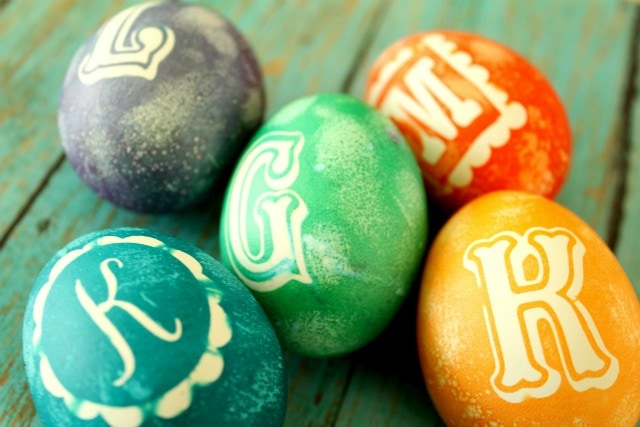 Monogram Easter Eggs - so cute! Tutorial on { lilluna.com }