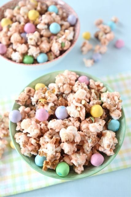 A collection of 15 YUMMY Easter Deserts on { lilluna.com } Perfect ideas for your Easter party!