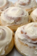 cinnamon-rolls-with-frosting-700x542