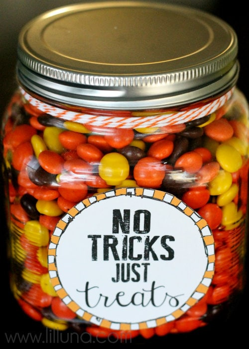 No Tricks, Just Treats Jar. Free printables, perfect for Halloween. Great idea to keep & munch on yourself or give as a gift!
