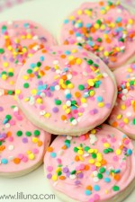 Soft and perfect sugar cookies. Recipe on { lilluna.com }