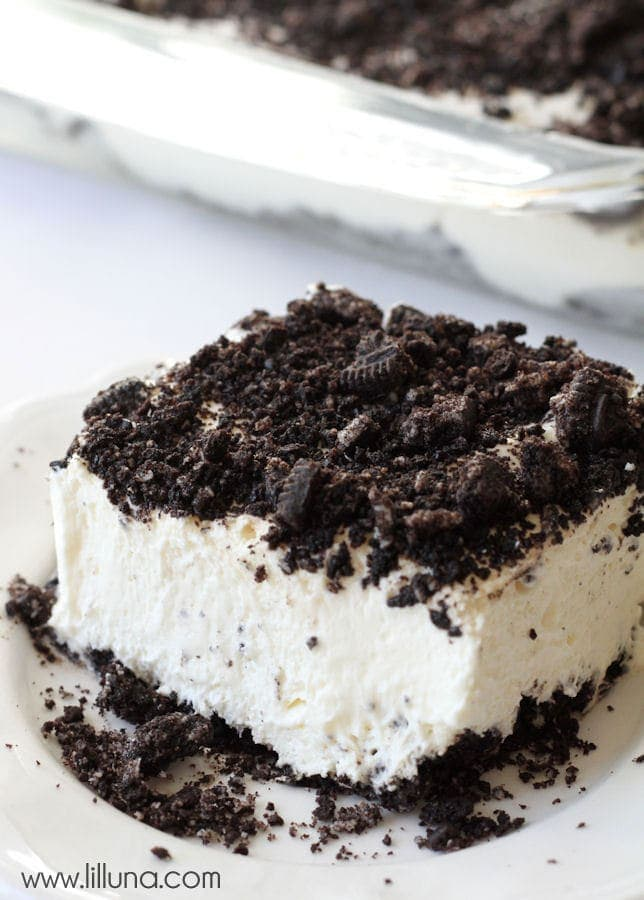 Dirt Cake recipe - a delicious and cool treat perfect for the summer! { lilluna.com }