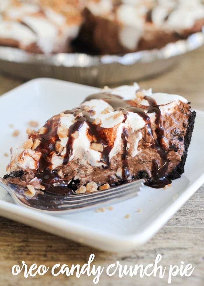 Delicious Oreo Candy Crunch Pie filled with chocolate pudding, toffee bits, cool whip and more! { lilluna.com }