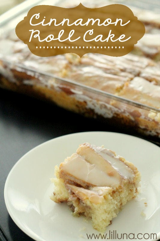 Cinnamon Roll Cake - a must-keep recipe from { lilluna.com } Moist & soft with a delicious icing!
