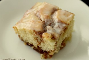 Cinnamon Roll Cake. This recipe is so good! Must keep this one. { lilluna.com }