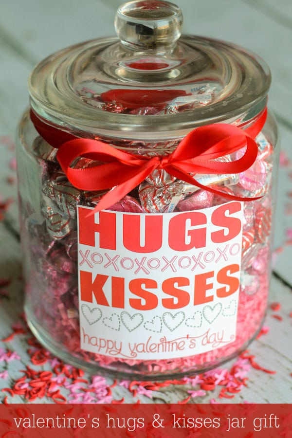 Valentine's HUGS and KISSES Jar Gift - Free printable label on { lilluna.com }