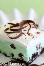 Frozen Grasshopper Squares. Chocolate, Mint, Ice Cream and Oreos. Yes, please!! { lilluna.com }
