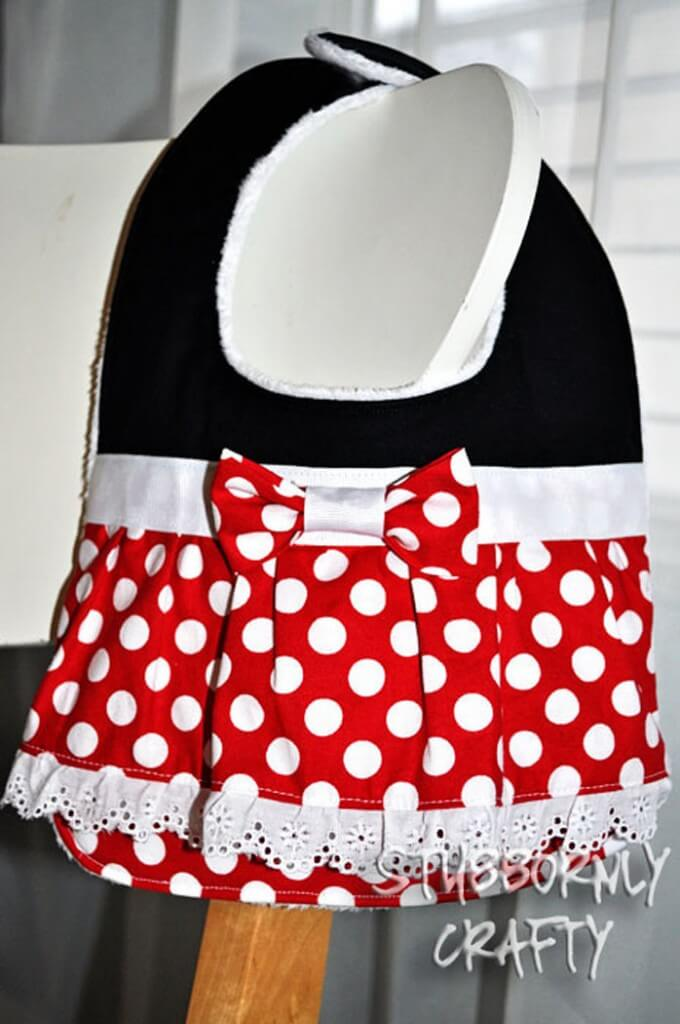 Mickey and Minnie Baby Bib Tutorial on { lilluna.com }