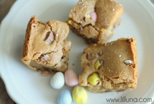 Mini Cadbury Egg Blondies. Recipe on { lilluna.com }