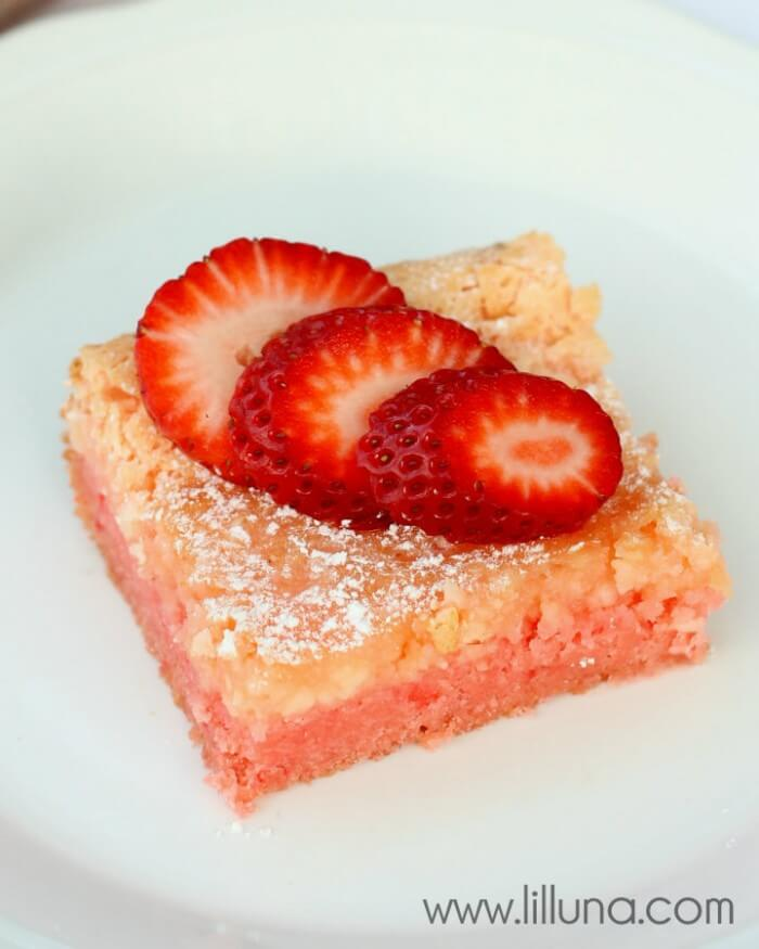 Ooey Gooey Strawberry Bars on { lilluna.com }