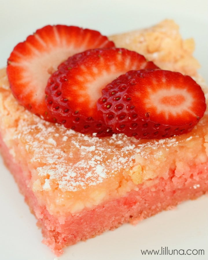 Ooey Gooey Strawberry Butter Bars - SO good! { lilluna.com }