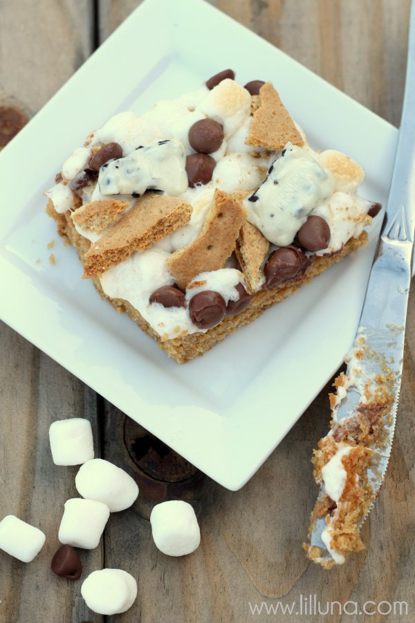 Cookies N Creme Smores Blondies - two favorites put together! YUM! A soft blondie topped with crushed graham crackers, melted marshmallows, chocolate chips, & hersheys & creme!