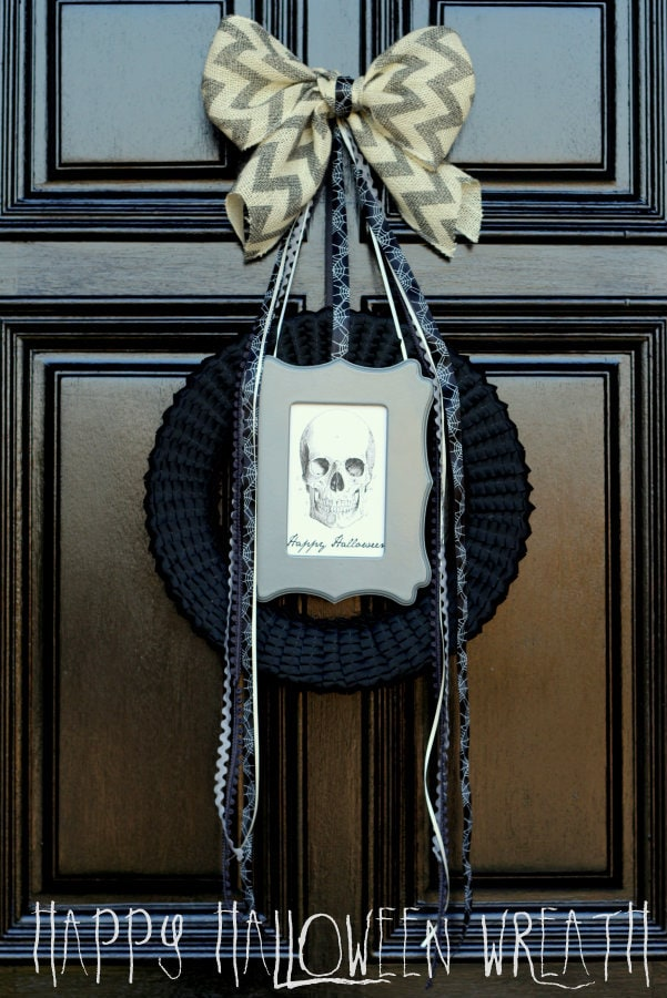 Spooky and pretty Happy Halloween Wreath on { lilluna.com } Different ways to get the look that fits you!