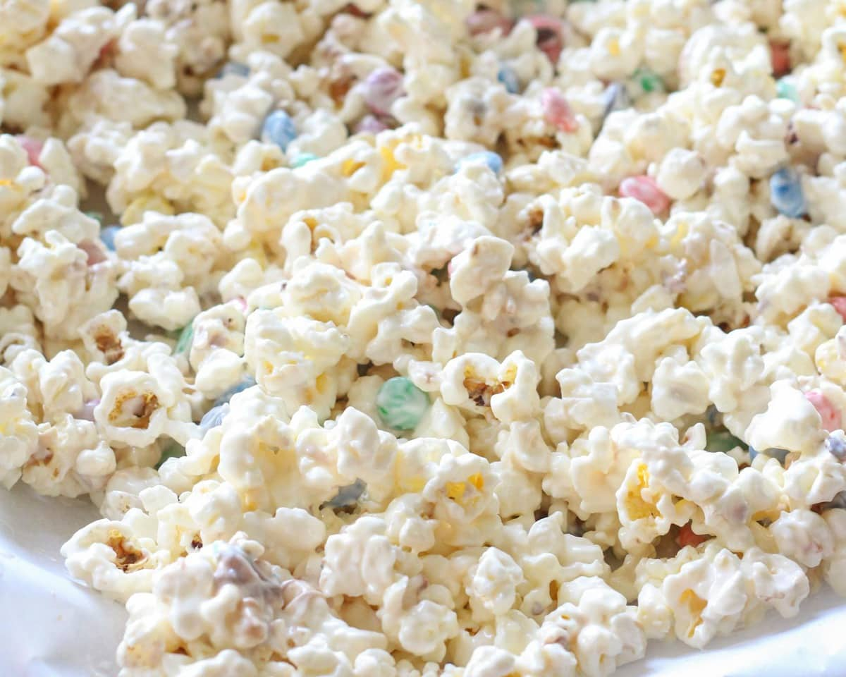 Popcorn with white chocolate on top