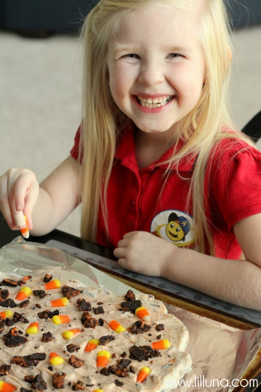 Halloween Bark filled with Oreos and Candy Corn - YUMMY! So easy and few ingredients, including vanilla candy coating, vegetable oil, butter, candy corn & oreos!