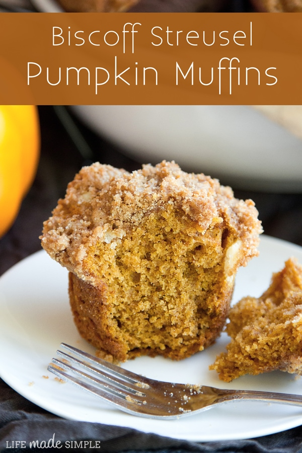 Delicious Biscoff Streusel Pumpkin Muffins! Packed with flavors of fall topped with a streusel made with biscoff cookies, biscoff spread, cinnamon & cream cheese.