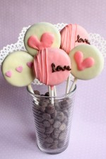 CUTE Valentine's Oreo Pops - recipe on { lilluna.com }