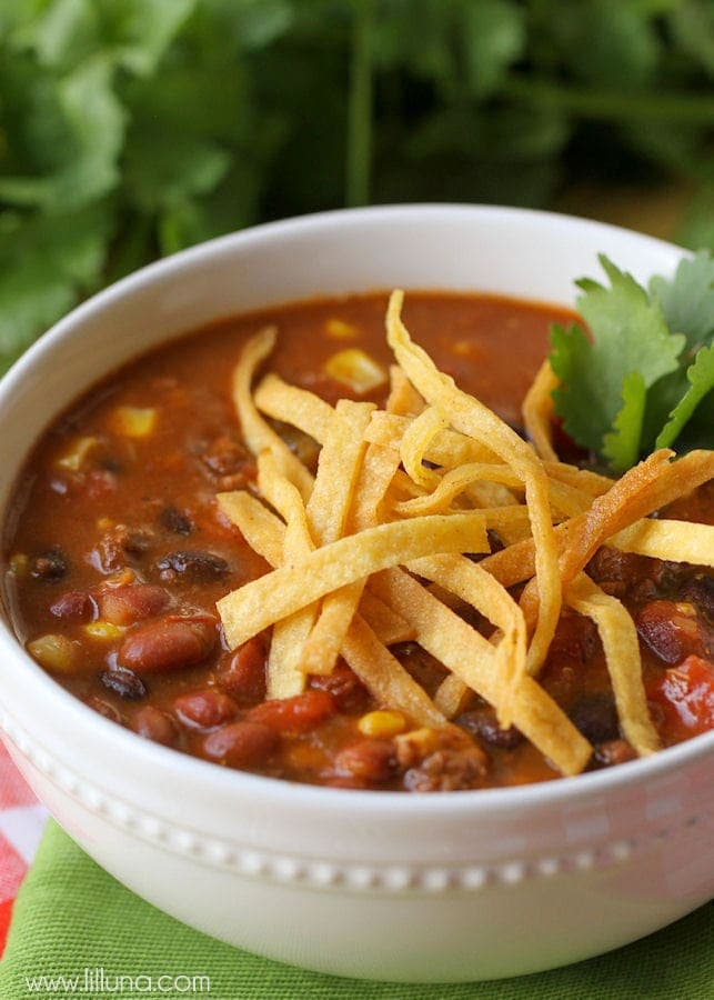 Super Easy and Delicious Taco Soup - made in 20 minutes! { lilluna.com }