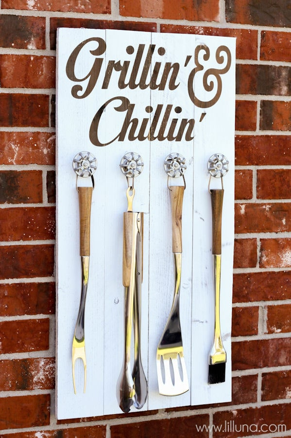 Grill Set Holder - Grillin' and Chillin' Sign