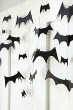 DIY Bat Garland tutorial on { lilluna.com }