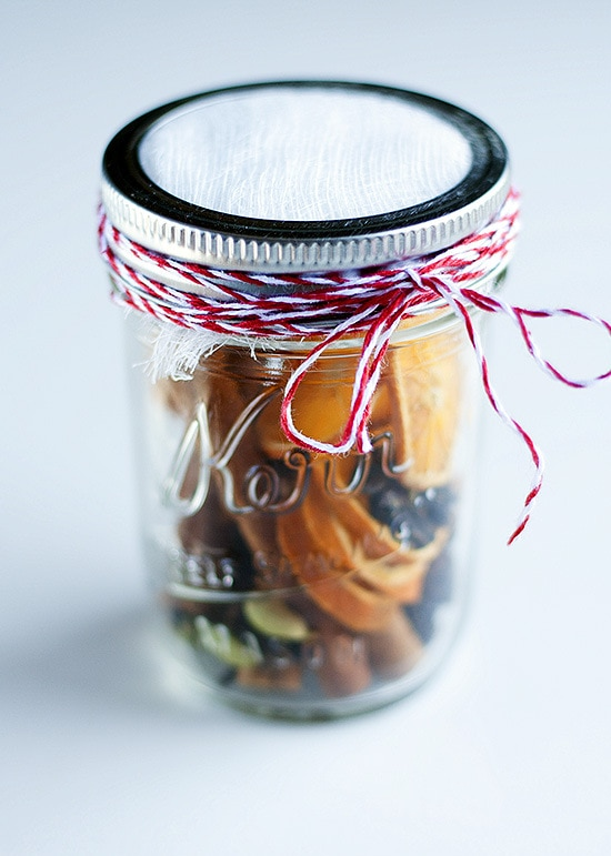 Holiday Spice Jar Gift - a cute and simple gift that will bring the scent of the holidays into your home! { lilluna.com }