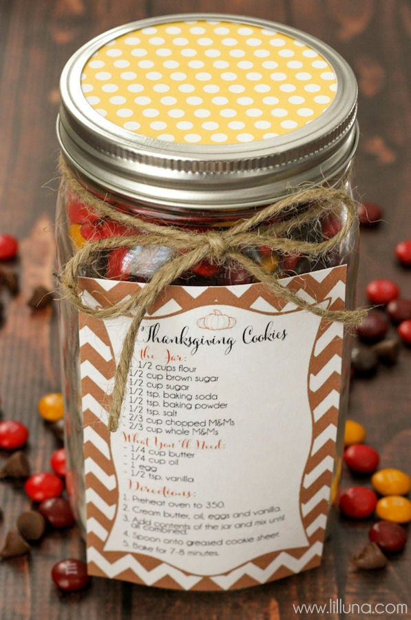 CUTE and SIMPLE Thanksgiving Cookie Jar Gift - perfect for friends and family! { lilluna.com } Grab your jar, cookie ingredients, scrapbook paper, twine, and FREE recipe label and you're set!