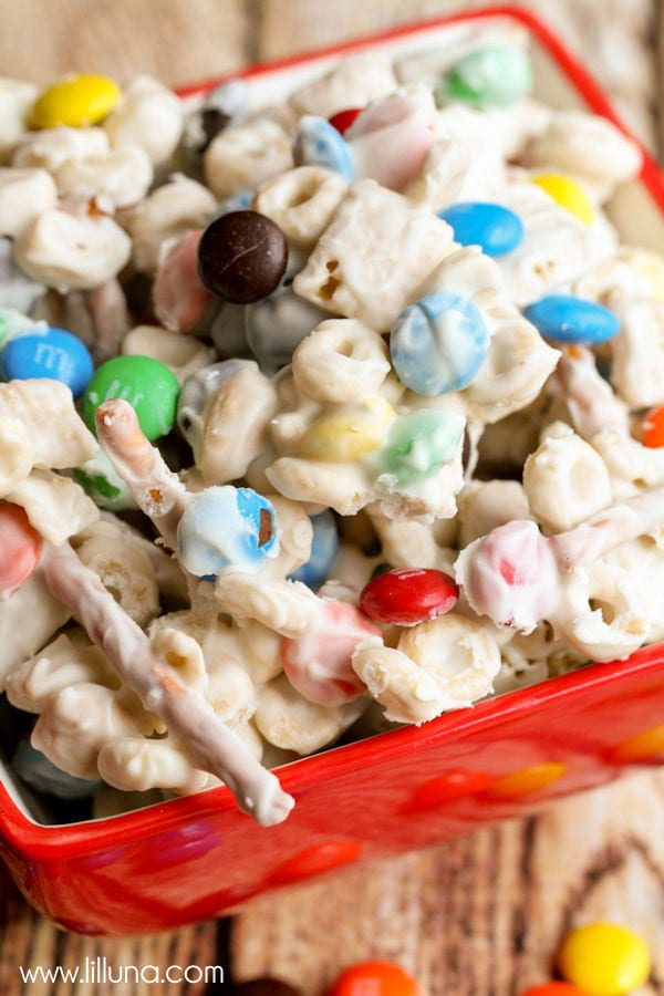 White Chocolate Trail Mix - filled with M&Ms, Chex, Peanuts, Cheerios and Pretzels! { lilluna.com } This is a great snack!!