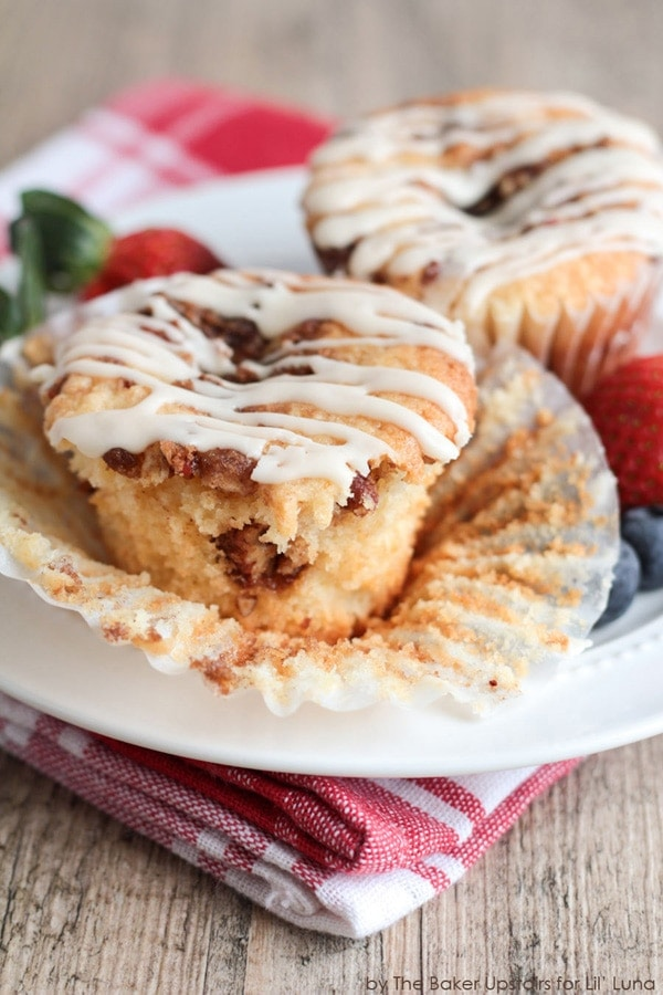 Coffee Cake Cupcakes with Brown Butter Glaze - YUM! { lilluna.com } The perfect breakfast treat!! Soft, moist coffee cake in cupcake form with a brown sugar streusel and glaze.