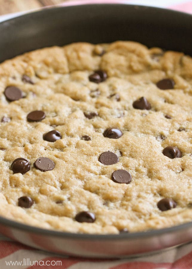 Super easy and delicious Cookie Pizza - one of the best desserts ever! { lilluna.com }