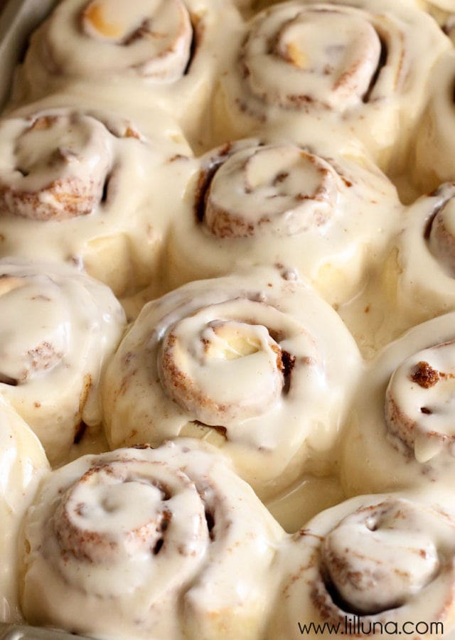 One Hour EASY Cinnamon Rolls with cream cheese frosting - These are super soft and take no time, before you have a mouth watering cinnamon roll that is delish any time of the day!
