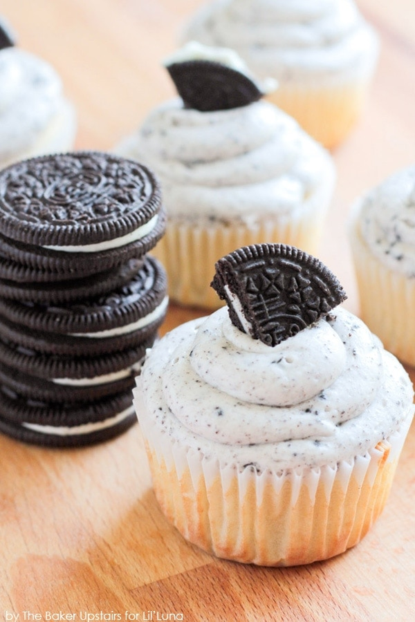 Cookies and Cream Cupcakes with a Marshmallow Oreo Frosting ...