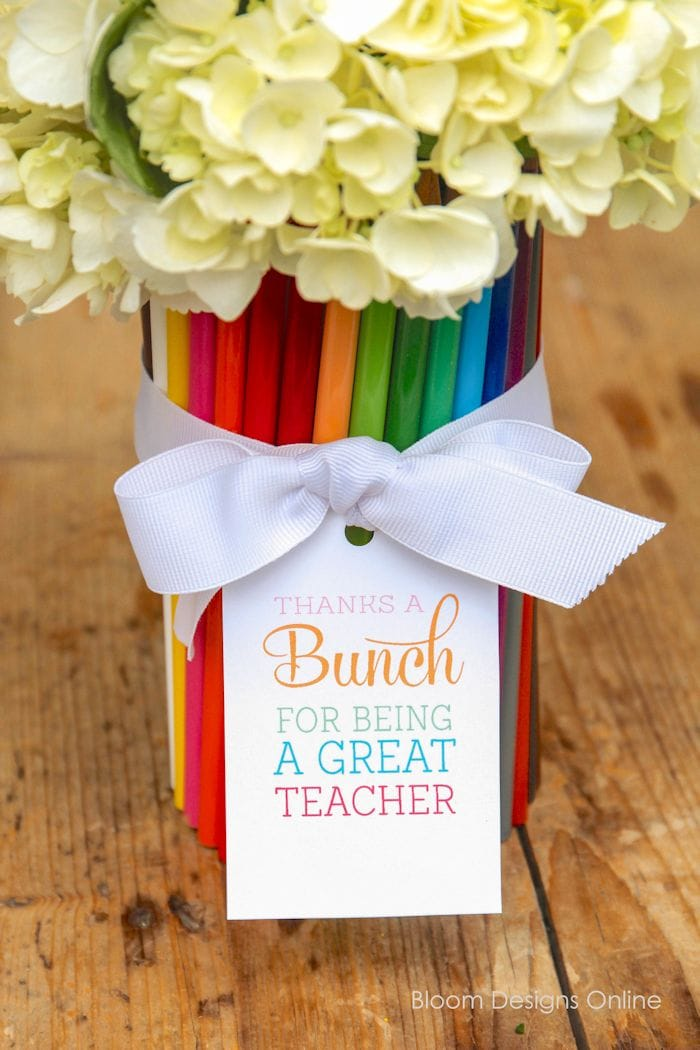 "Super fun and cute Thanks a ""BUNCH"" Teacher Appreciation Gift with free printable tags on { lilluna.com } All you need is a vase, colored pencils, ribbon, and flowers."