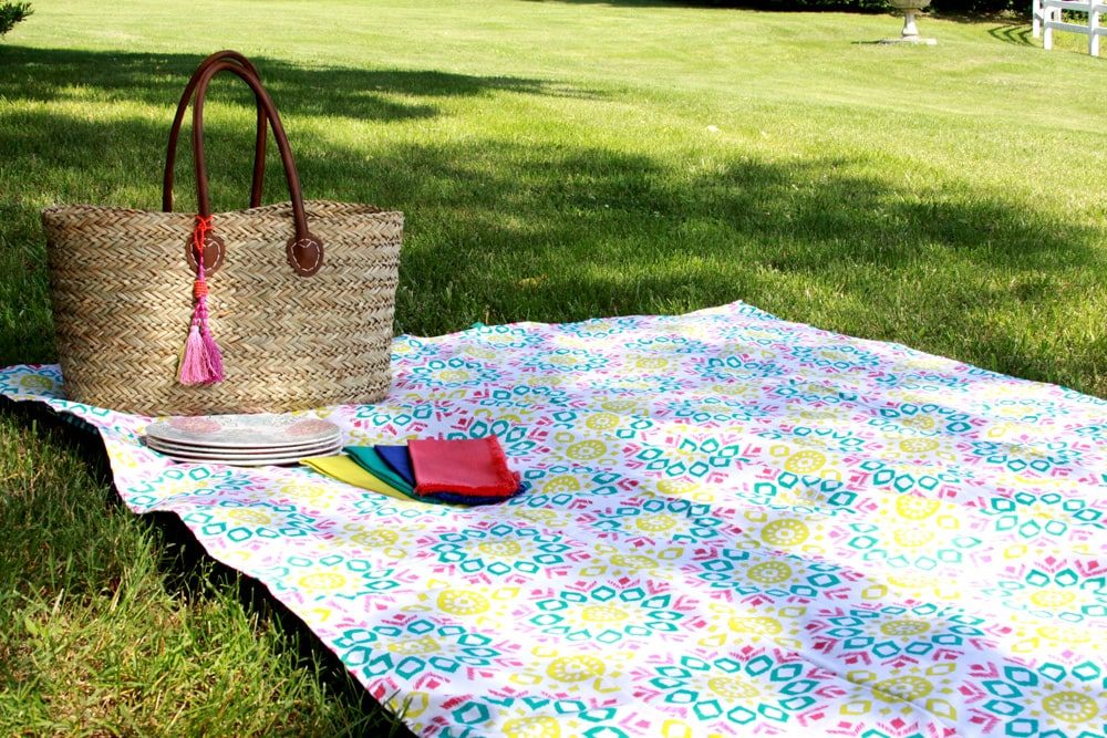 15 Minute Picnic Blanket tutorial made from 2 tablecloths, one that is cotton and soft and the other that is waterproof!! Get the tutorial on { lilluna.com }