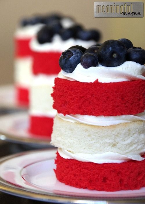 A roundup of delicious and patriotic 4th of July treats on { lilluna.com } Colorful and bright recipes perfect for your parties!!