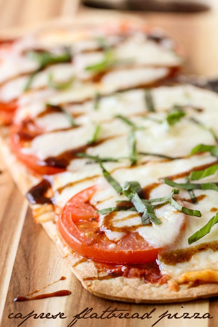 Delicious Caprese Flatbread Pizza filled with mozzarella, tomato and basil - so easy and quick and tastes just like the recipe at Disney World!! YUM! { lilluna.com }