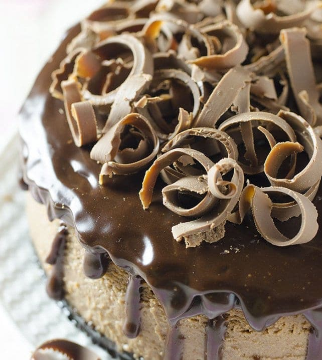 Chocolate, Oreo and Cheesecake! Can you imagine a more decadent dessert from the one with these ingredients? If you are a true chocoholic like me, then you have nothing else left but to give yourself up to this fantastic Milk Chocolate Cheesecake with Oreo Crust.