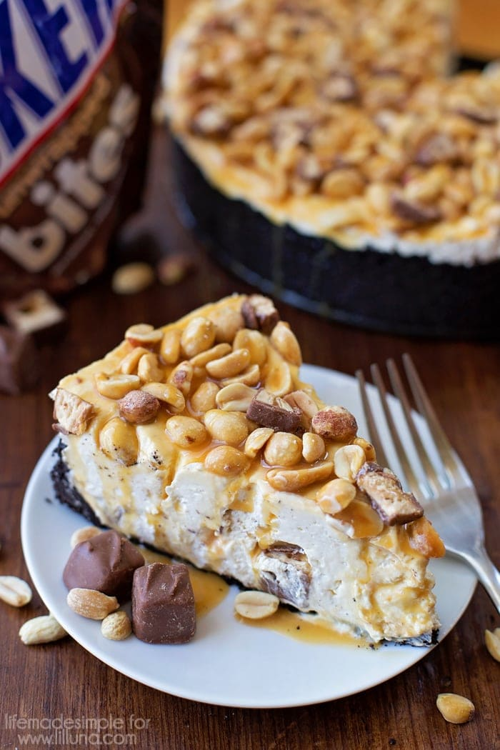 No-Bake Snickers Cheesecake - this seriously looks like heaven!! If you love Snickers, you'll LOVE this recipe! { lilluna.com }