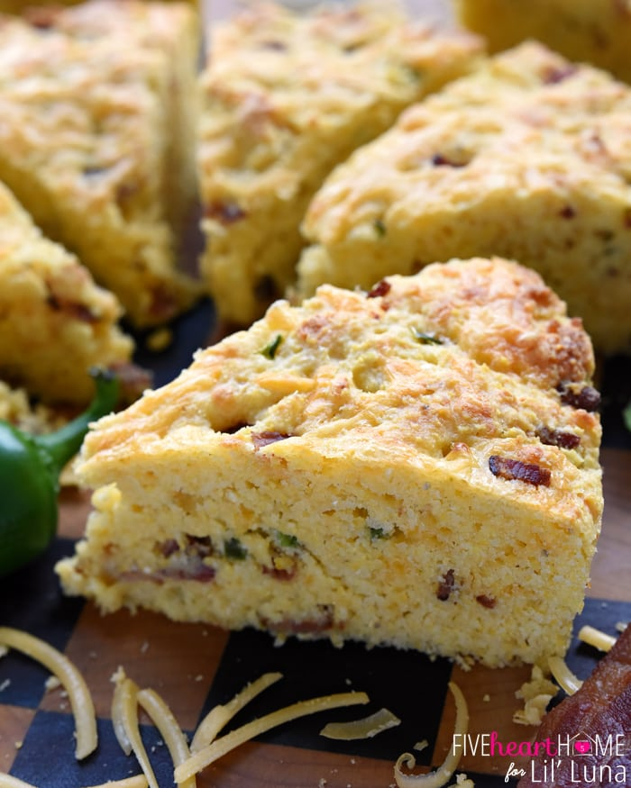 Bacon Cheddar Jalapeno Cornbread - so delicious and so flavorful! It's perfect with soup or any celebration. Get the recipe on { lilluna.com }