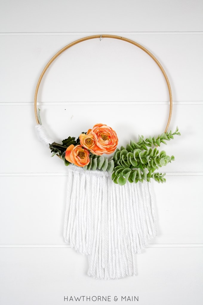 Simple Embroidery Hoop Wreath. Love how easy this wreath looks to make. This will look amazing on my front door. Totally pinning!