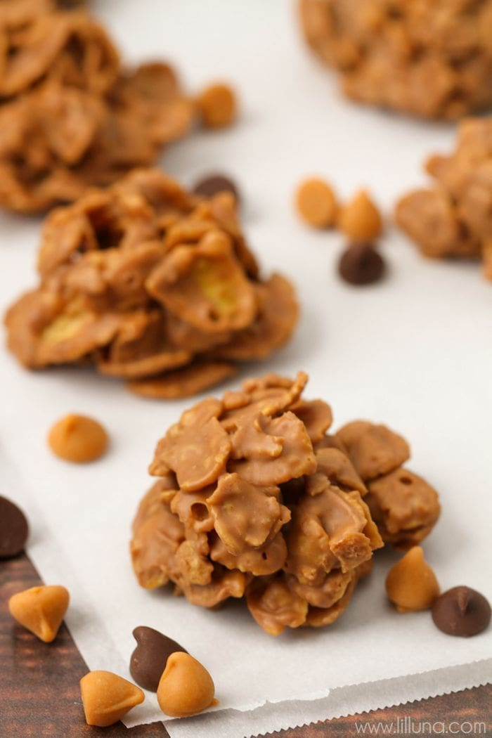 The kids LOVE making these No Bake Butterscotch Cereal Treats - they're simple, quick and yummy! { lilluna.com } Cornflakes mixed with melted peanut butter, chocolate chips, and butterscotch chips.