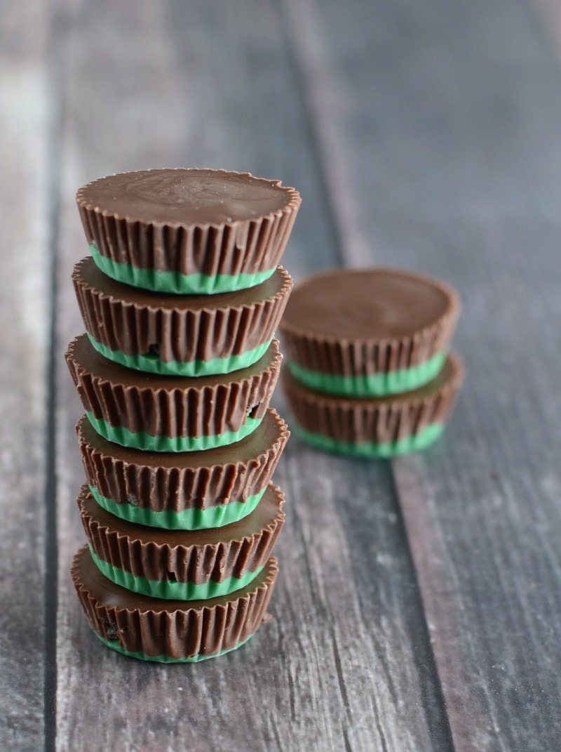 Chocolate Mint Oreo Candy Cups- an easy and yummy candy that just melts in your mouth! Made with green candy melts, mint oreo cookies, veg oil, and Andes mints - so good!!