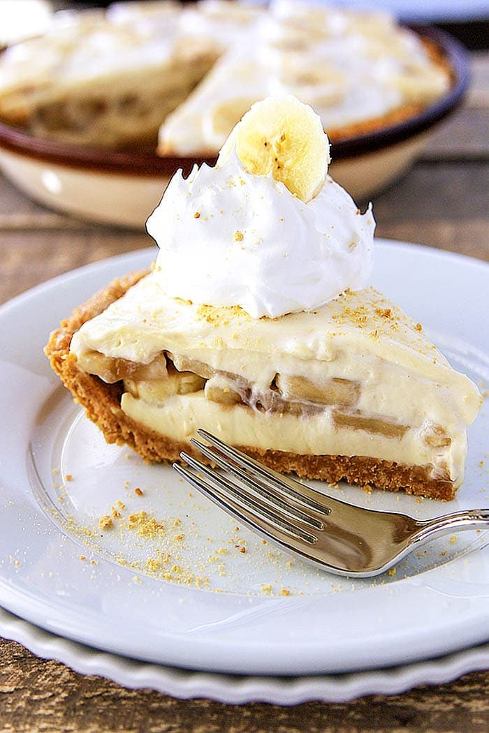 Creamy and delicious Banana Pudding Cheesecake - The mixture of the homemade vanilla pudding, graham cracker crust, and fresh cut bananas is AMAZING!