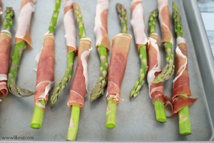 Tender, delicious asparagus is wrapped with savory prosciutto and baked to perfection! Paired with a deliciously simple Lemon Herb Aioli dipping sauce makes this an amazing appetizer any time the mood strikes!