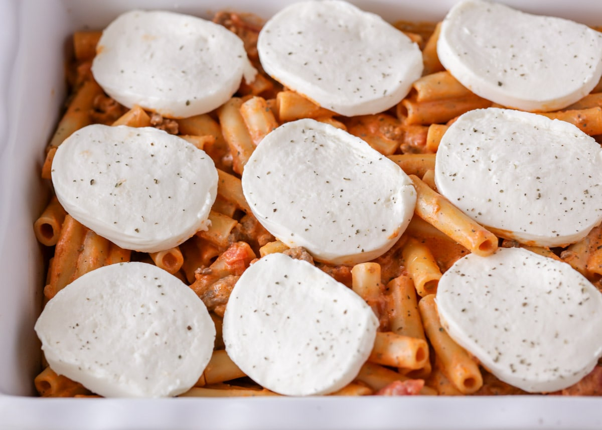 How to make baked ziti with mozzarella cheese on top