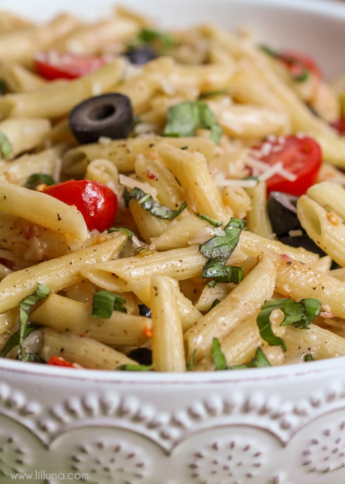 Penne Tomato Mozzarella Salad - a DELICIOUS pasta salad filled with pasta, tomatoes, olives, garlic, chopped basil, and cheese! This makes the perfect summer side dish!!