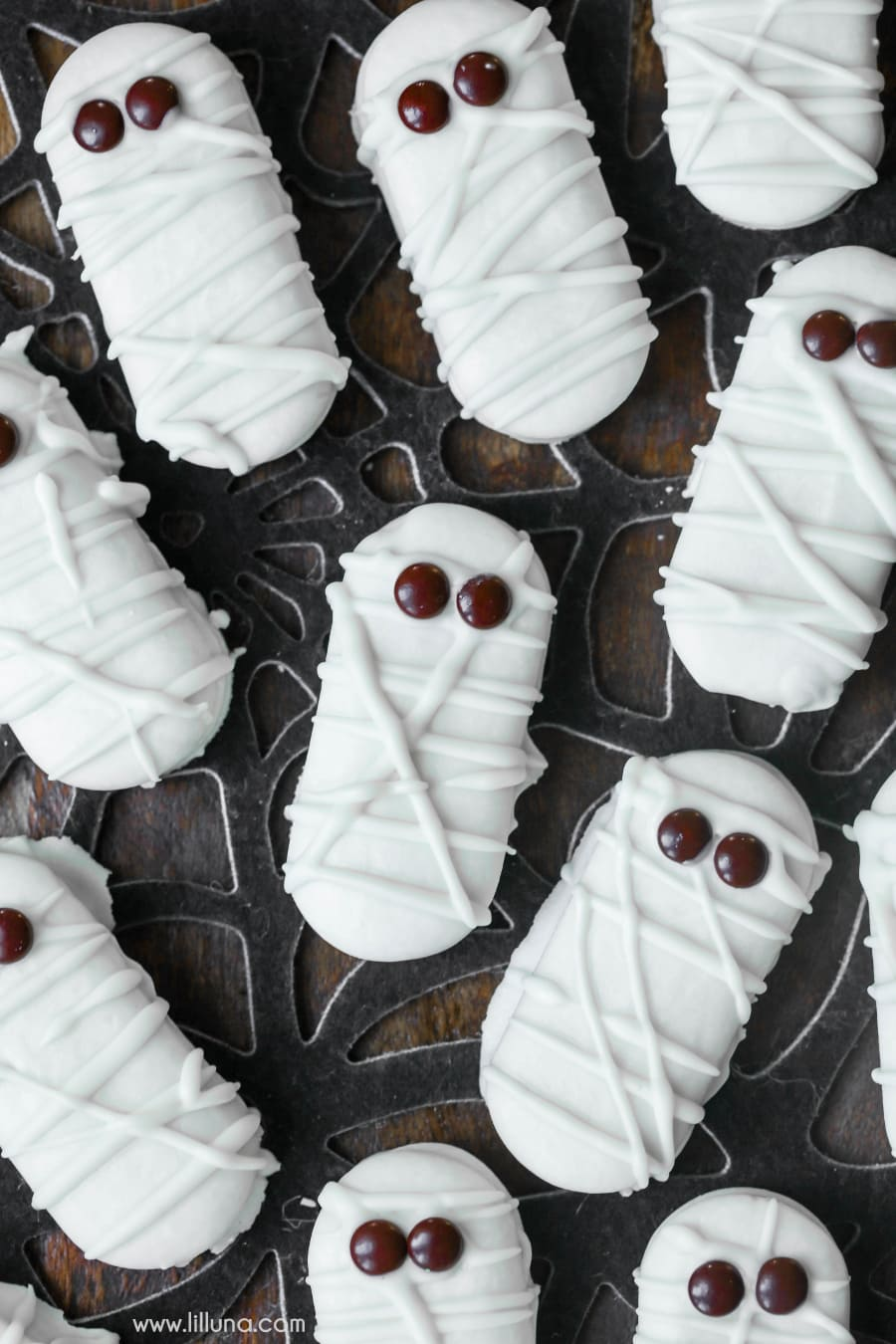 Mummy Cookies - a simple, delicious and cute treat idea for Halloween!