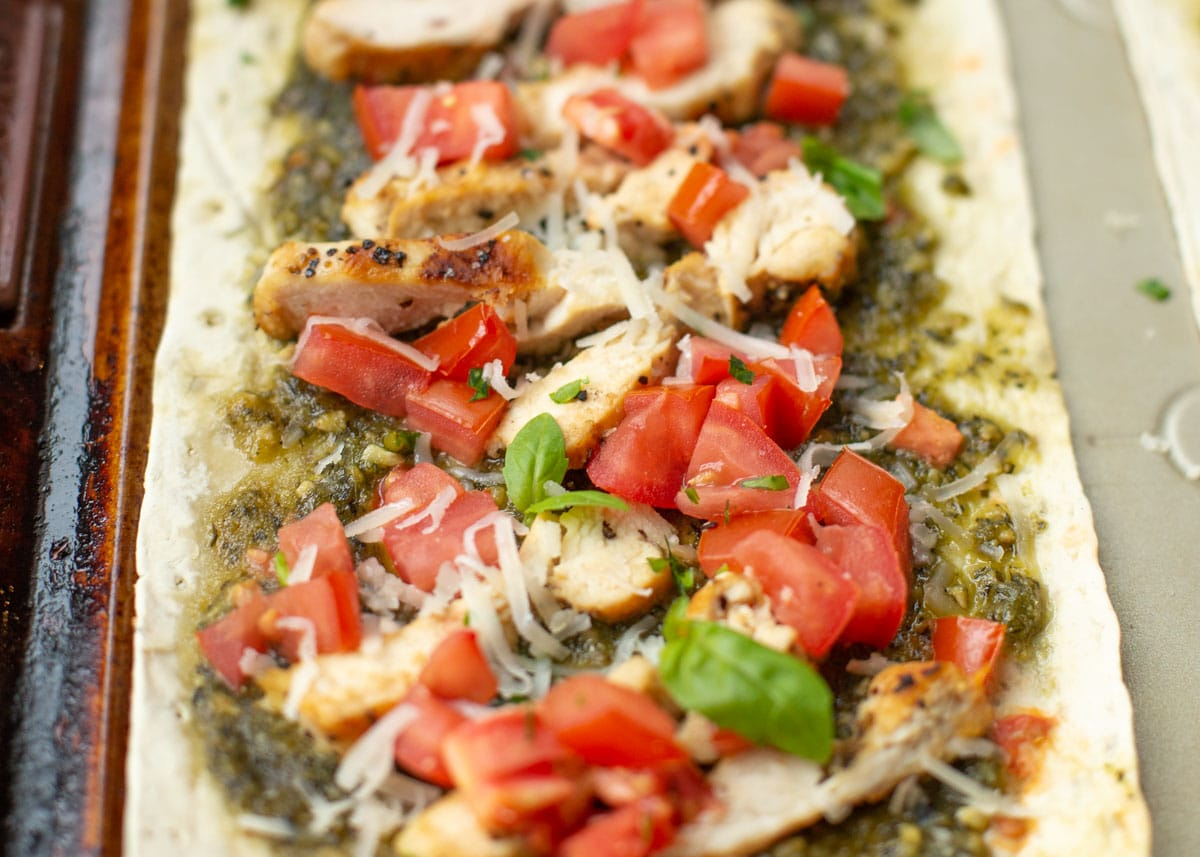 Healthy pesto chicken flatbread pizza